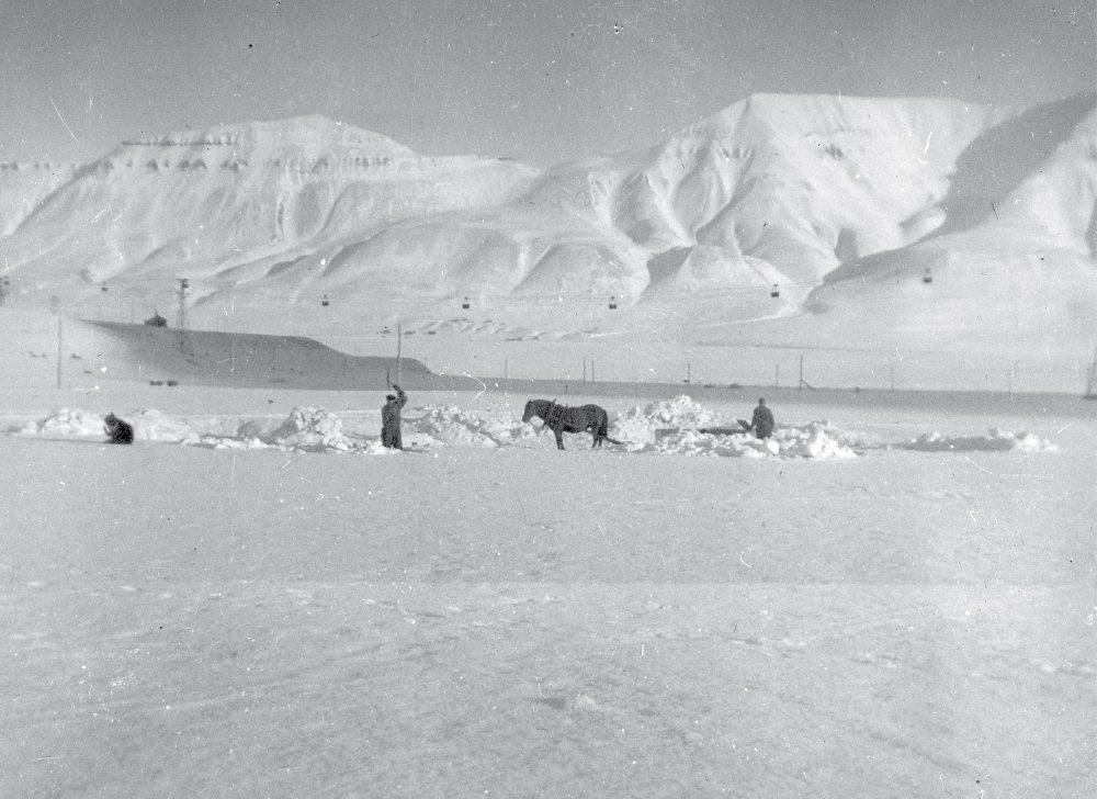 Old black and white photo of coal industry on Svalbard.