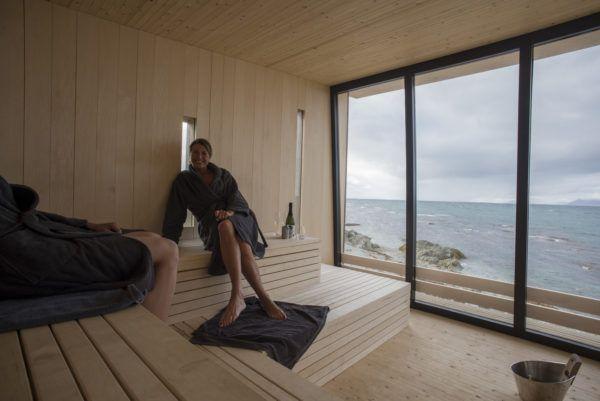 Bilde fra innendørs i Kokeriet, saunaen på Isfjord Radio. Nydelig utsikt mot havet.