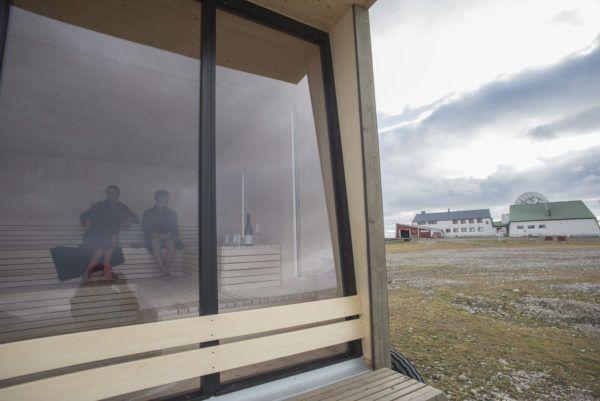 Foto av kokeriet fra utsiden, med Isfjord Radio-bygningene i bakgrunnen.