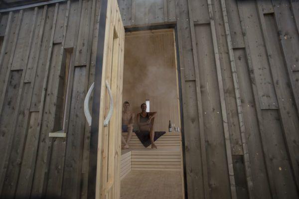 Foto inn inngangsdøra på kokeriet, saunaen på Isfjord Radio